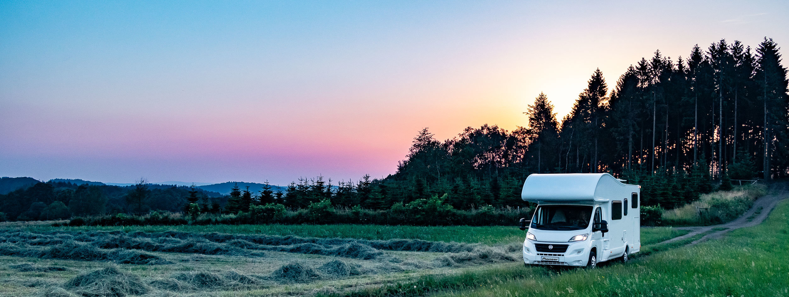Reisemobil im Oberbergischen vor Abendhimmel